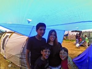 La júlia acompanyada de nens del camp d'Idomeni.